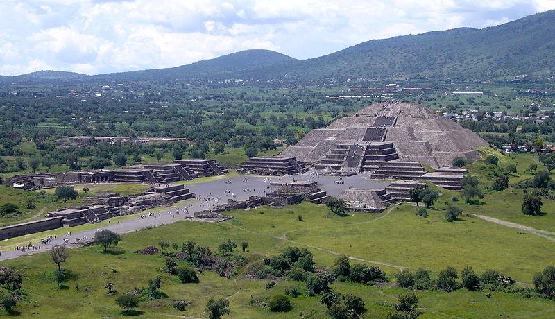 800px-Piramide_de_la_Luna_072006