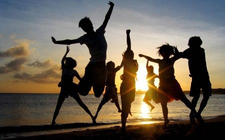 jovenes-eventos-playa-900x565