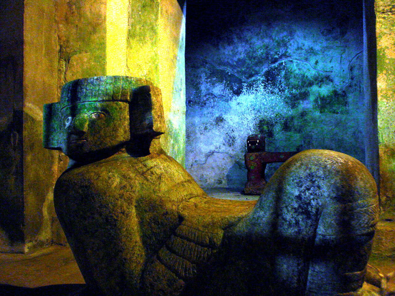 Chac_Mool_dentro_del_templo_de_Kukulkán