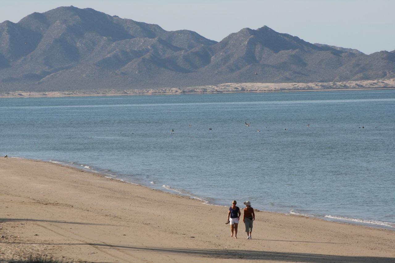 Kino_beach_stroll